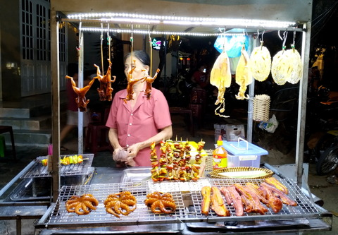 2019_Hoi An_night market_food stall