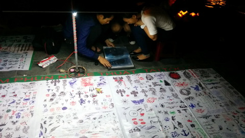 Hoi An Town_night market_tatoo shop