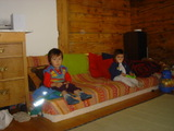 テレビを見る2人