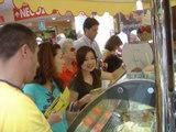 アイスを買うアキ、ナカ