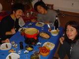 チーズフォンデュを食べる人たち