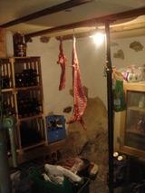 地下室にヤギ肉が・・・