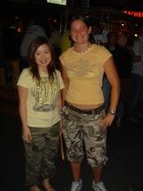 黄色いTシャツ・迷彩パンツ