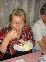 ケーキを食べるリジィ