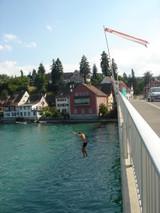 橋から飛び降りる人