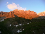 夕日に輝く山