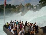 ラインの滝と観光客