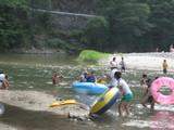 ボートで川下り。