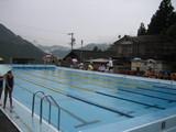 雨の中、水泳記録会