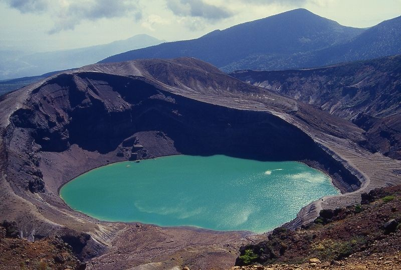 739e3bf052 『蔵王山の噴火警報が発表され、火口周辺(御釜から西側2kmと東側3km)と付近の登山道で立ち入り規制をしています。規制 区域には絶対に立ち入らないでください。』