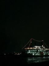 夜の湾を抜け、桜島へ