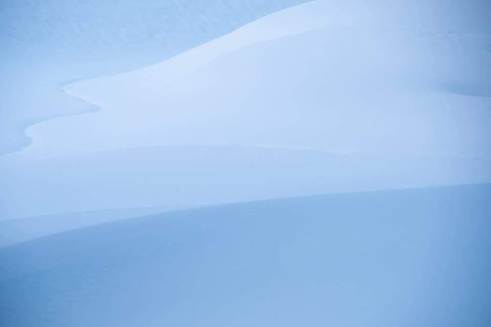 美しい青の雪面