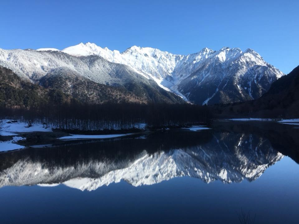 雪の穂高連峰、大正池