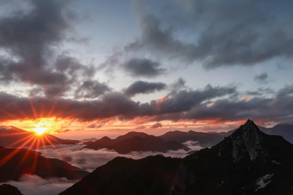 北アルプス烏帽子岳の夕日
