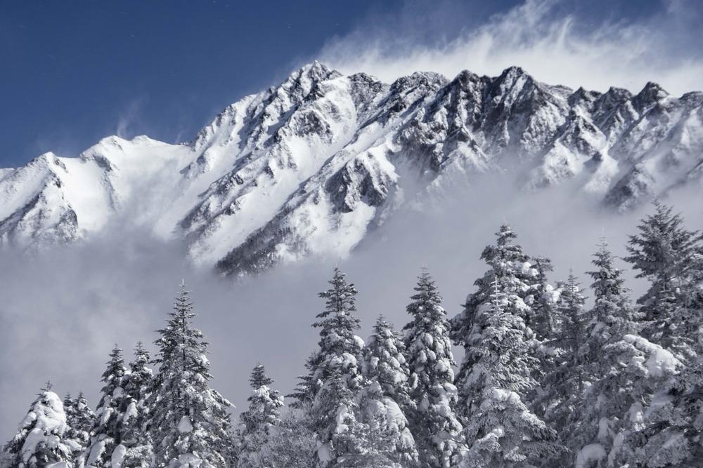 ロープウエイで雪の稜線