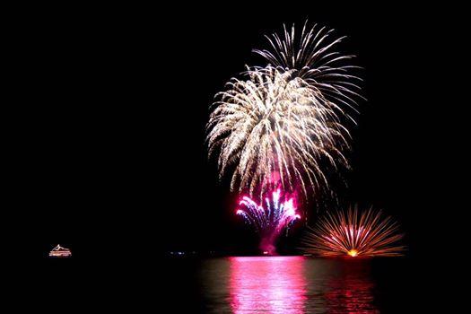 洞爺湖、秋の夜、湖上の花火