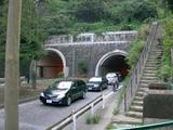 山下トンネルのすぐそばにあります
