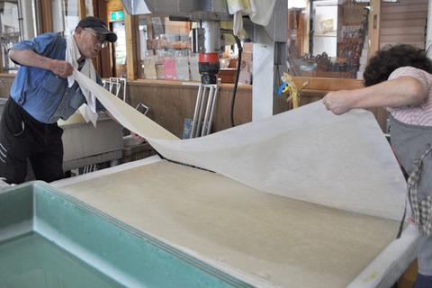 紙床から一枚ずつ剥がす