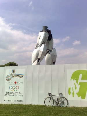 実物大ガンダムと自転車