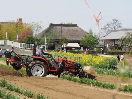 農作業に向かうトラクター