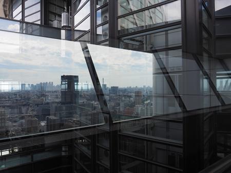 ガラスに映る街並み