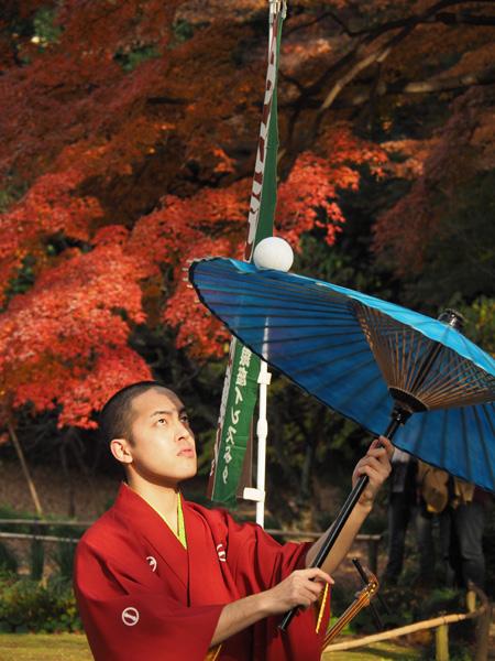 傘の上で鞠を回す