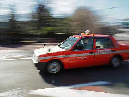 シャッター優先1/25秒で撮影したタクシー