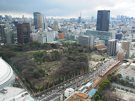 小石川後楽園を一望。右奥に都庁など新宿のビル群がある。