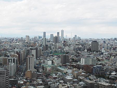 池袋方面。奥の一番高いビルがサンシャイン60。
