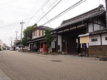 岡田記念館の門