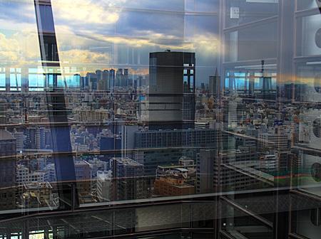 ガラスに映る新宿方面の景色(HDR画像)。