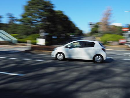 流し撮りモードでオート(1/60秒)で撮影した自動車