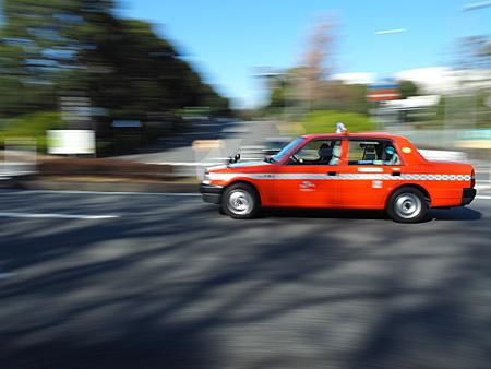 シャッター優先1/30秒で撮影したタクシー