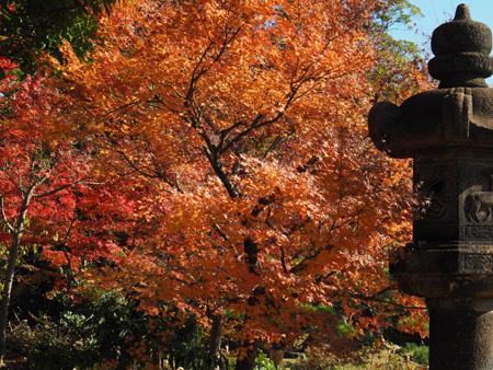 石灯籠と紅葉