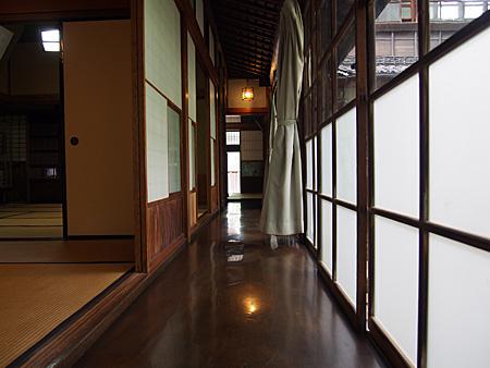 1回の廊下。<br>木材やガラスなどにも建築主の拘りがあるという