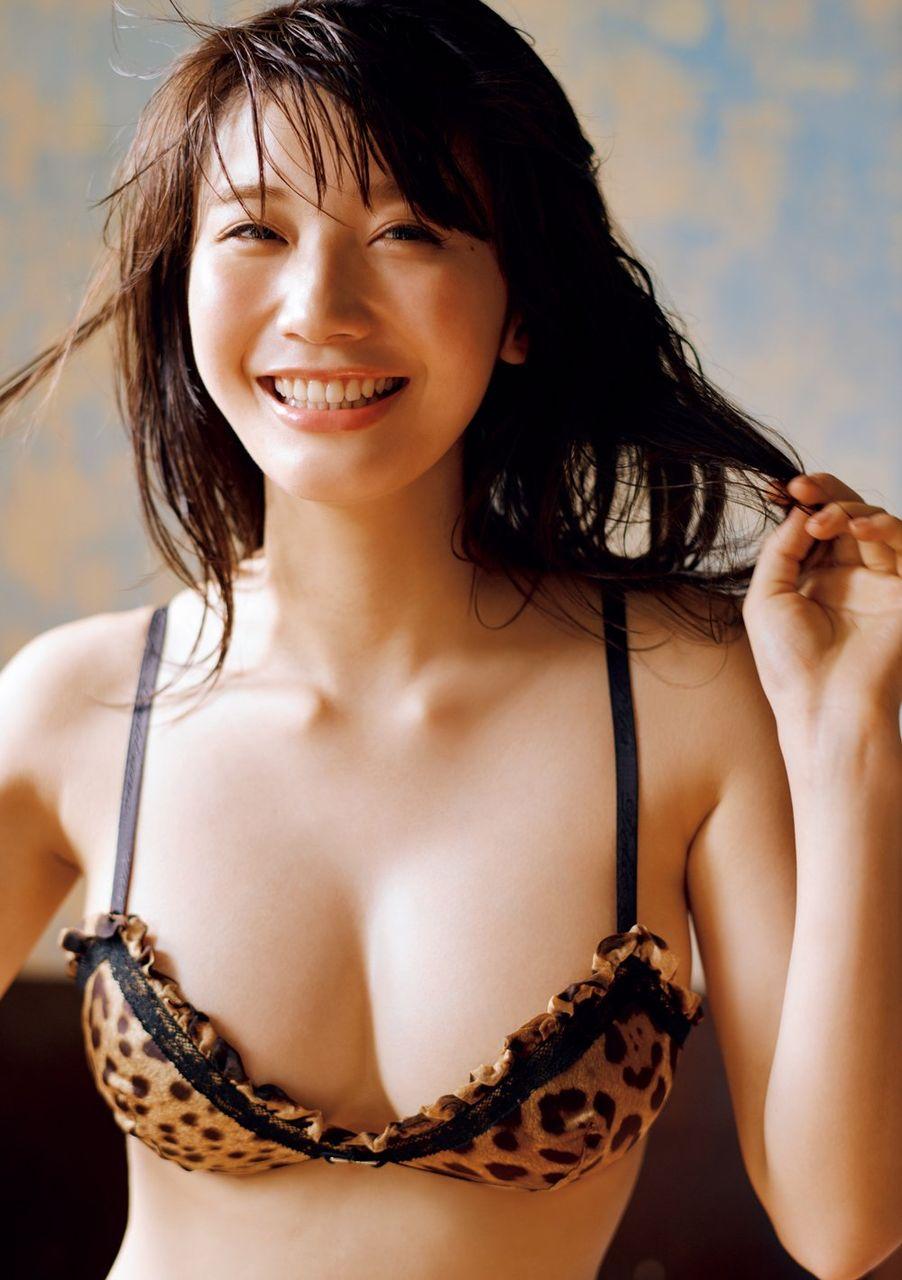 【グラビア】小倉優香、ふわりバストを大胆みせ