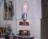 空中に浮いてて電力も供給されてる電球