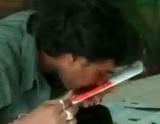鼻で絵を描く インドの画家