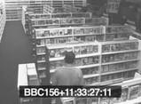 監視カメラがとらえたポルターガイスト現象におびえる店員さん