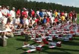 同時に74機のラジコン飛行機飛ばし大会