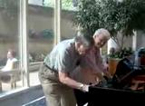 とってもステキなピアノの演奏を披露する老夫婦