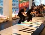 床ピアノで見事な演奏を披露するレディースコンビ