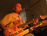 ベースとキーボードを同時に語り弾きする男