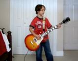 AC/DCのBack in Blackを演奏するヤングすぎるギター少年
