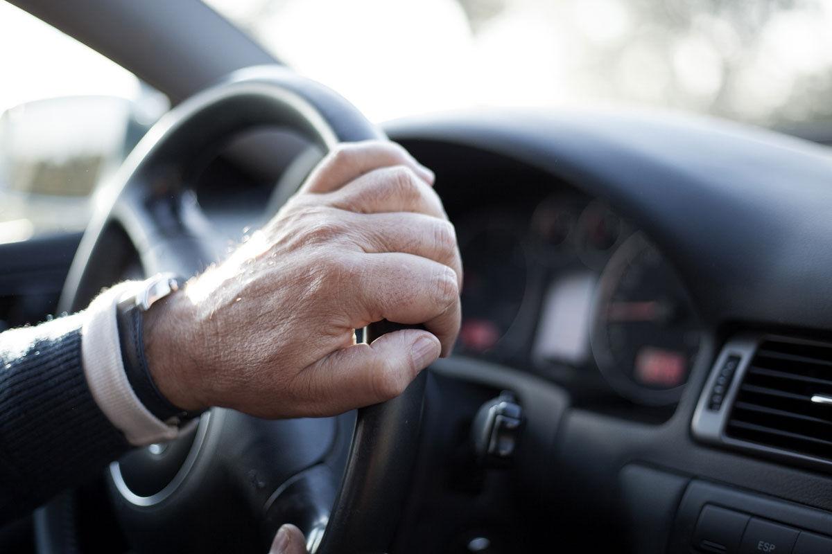 恐怖しかない高齢夫婦の乗る車