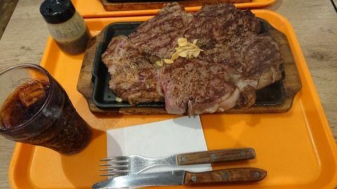 【画像】いきなりステーキで1kg頼んだ結果wwwwwwwww