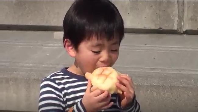男の子食事中