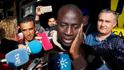 宝くじに当選した難民の男性