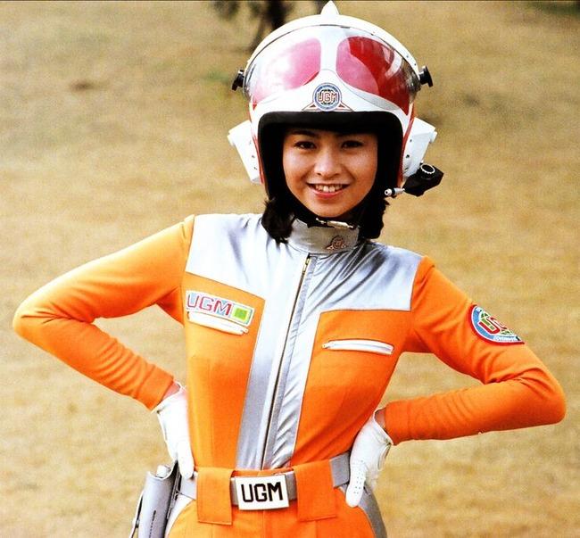 ヘルメットをかぶっている石田えり