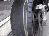 摩耗したリアタイヤ右側1
